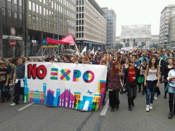 Milano: corteo no Expo, striscione esposto sulla struttura dell'Expo Gate