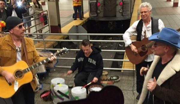 New York: gli U2 suonano in metro a sorpresa, stupore tra i passanti