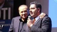 Berlusconi a Genova per sostenere Toti cade dal palco del comizio