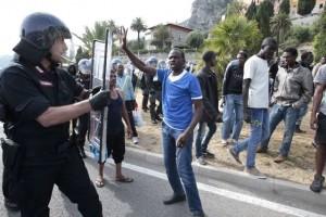 Migranti, resta chiusa la frontiera francese. Aumento casi di scabbia