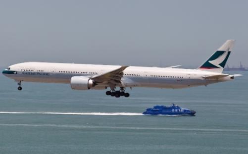 Panico per 276 passeggeri sul Boeing 777 della Cathay Pacific, fumo a bordo