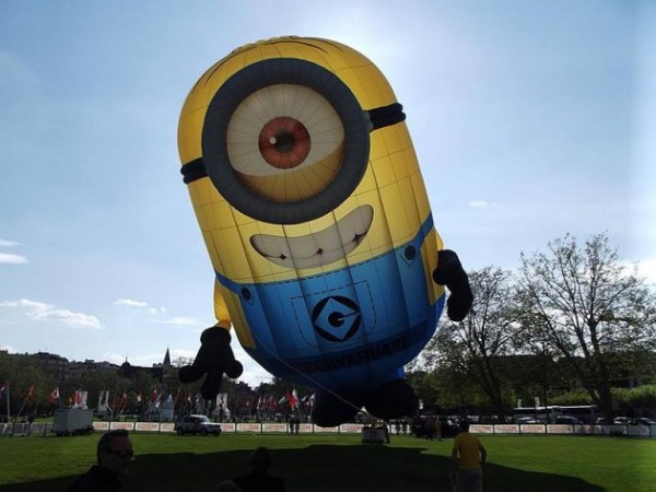 Irlanda, Dublino: un minion gigante gonfiabile finisce in strada [foto]