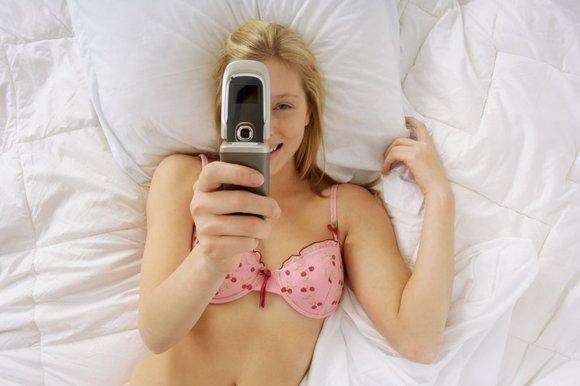 """Allarme """"sexting"""" tra i teeneger italiani, in aumento diffusione scambio di foto e video hot"""