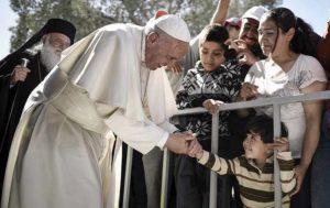 """Papa Francesco a Lesbo nel campo profughi: """"Vorrei dirvi che non siete soli"""""""