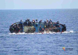Canale di Sicilia, barcone con 600 migranti a bordo si capovolge: 7 morti, oltre 500 in salvo