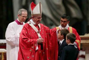 """Papa Francesco, messa Pentecoste: """"Viviamo in una condizione di orfani e solitudine"""""""