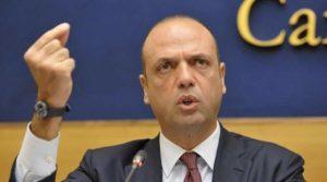 """Terrorismo in Italia, Alfano: """"Espulso un bengalese, aveva pubblicato testi su Isis"""""""