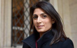 """Roma, la sosia di Virginia Raggi: """"Non vivo più, tutti mi scambiano per il sindaco"""""""