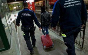 Migranti, tenta di entrare in Svizzera nascosto in una valigia: scoperto ed espulso