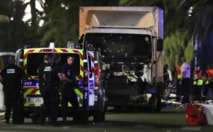 Attacco terroristico a Nizza, camion e spari sulla folla: almeno 78 morti, 150 feriti
