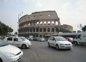 """Roma, il """"tassista gentile"""" che scuote le coscienze: aiuta nordafricana in difficoltà"""